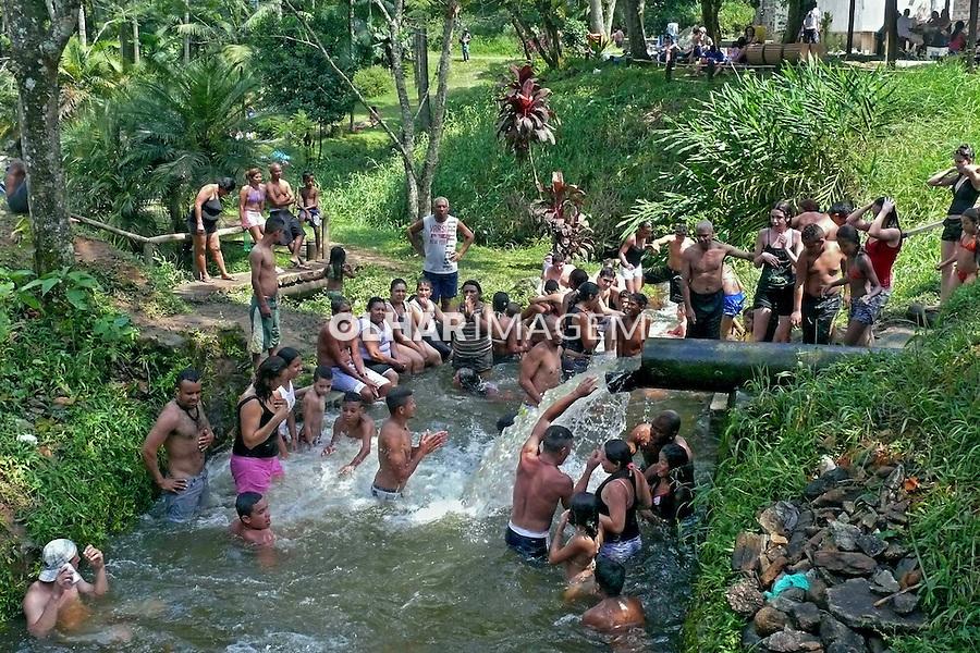 Pessoas tomando banho no Parque Estadual da Cantareira, Nucleo Engordador. Sao Paulo. 2010. Foto de Marcia Minillo.