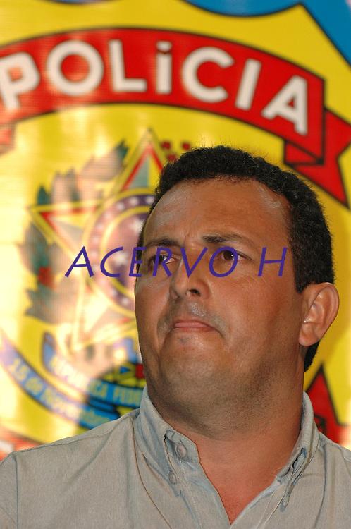 Acusado  de ser o mandante  do assassinato da freira norte americana Dorothy Stang, Vitalmiro Bastos de Moura, o Bida, 34 anos, chega a base aérea de Belém, escoltados por policiais federais,  após se entregar em Altamira a comissão do senado que investiga a morte da freira.<br /> Belém, Pará, Brasil<br /> Foto Paulo Santos<br /> 27/03/2005