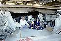 Irak 1991 Une famille dans les ruines de leur maison dynamitée a Kala Diza  Iraq 1991  A family living in their dynamited house in Kala Diza