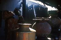 INDIA Rajasthan Tilonia, woman drinks water in village / INDIEN Frauen trinkt Trinkwasser vom Brunnen in einem Dorf