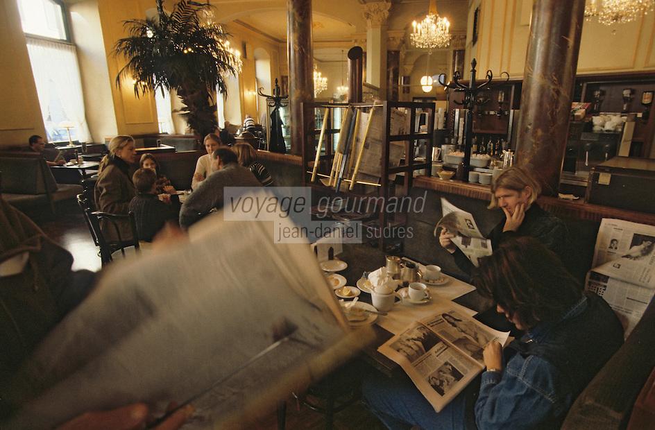 Europe/Autriche/Tyrol/Innsbruck: Lecture des journaux café central
