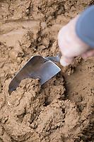 Wildbienen-Nisthilfe aus Lehm, Baulehm, Lehmputz, Lehmwand. Schritt 1: Lehm wird mit Wasser und Sand gemischt und gut verrührt.  Wildbienen-Nisthilfen, Wildbienen-Nisthilfe selbermachen, selber machen, Wildbienenhotel, Insektenhotel, Wildbienen-Hotel, Insekten-Hotel