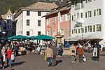 Italy, Alto Adige - Trentino (South Tyrol), Caldaro sulla strada del vino: market at village center | Italien, Suedtirol, Kaltern-Dorf: Markt im Ortszentrum