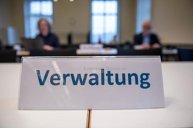 """10. Sitzung des 2. Untersuchungsausschusses <br /> der 18. Wahlperiode des Berliner Abgeordnetenhaus - """"BER II"""" - am Freitag den 1. Maerz 2019.<br /> Der Ausschuss soll die Ursachen, Konsequenzen und Verantwortung fuer die Kosten- und Terminueberschreitungen des im Bau befindlichen Flughafens """"Berlin Brandenburg Willy Brandt"""" aufklaeren.<br /> Als oeffentlicher Tagesordnungspunkt war die Beweiserhebung durch Vernehmung der Zeugin Heike Foelster vorgesehen. Heike Foelster ist seit 2013 Geschaeftsfuehrerin Finanzen (CFO) beim Flughafen Berlin Brandenburg.<br /> Im Bild: Sitzplaetze fuer Mitarbeiter aus der Berliner Verwaltung.<br /> 27.2.2019, Berlin<br /> Copyright: Christian-Ditsch.de<br /> [Inhaltsveraendernde Manipulation des Fotos nur nach ausdruecklicher Genehmigung des Fotografen. Vereinbarungen ueber Abtretung von Persoenlichkeitsrechten/Model Release der abgebildeten Person/Personen liegen nicht vor. NO MODEL RELEASE! Nur fuer Redaktionelle Zwecke. Don't publish without copyright Christian-Ditsch.de, Veroeffentlichung nur mit Fotografennennung, sowie gegen Honorar, MwSt. und Beleg. Konto: I N G - D i B a, IBAN DE58500105175400192269, BIC INGDDEFFXXX, Kontakt: post@christian-ditsch.de<br /> Bei der Bearbeitung der Dateiinformationen darf die Urheberkennzeichnung in den EXIF- und  IPTC-Daten nicht entfernt werden, diese sind in digitalen Medien nach §95c UrhG rechtlich geschuetzt. Der Urhebervermerk wird gemaess §13 UrhG verlangt.]"""