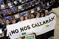 """BOGOTÁ -COLOMBIA. 20-07-2017: Miembros del partido político del Polo muestran carteles con la leyenda: """"No nos Callarán"""" como protesta durante la ceremonia de instalación de la legislatura 2017 2018 del Congreso de la República de Colombia realizado hoy, 20 de julio de 2017, en el salón Elíptico del Capitolio Nacional de Colombia en la ciudad de Bogotá. / Members of the political party Polo show posters with a legend: """"They will not keep us silent"""" as a protest during the ceremony of installation of the Legistature 2017 2018 of the Congress of the Republic of Colombia made today, July 20 2017, at Ellipptical room of the National Capitol of Colombia in Bogota city. Photo: VizzorImage/ Gabriel Aponte / Staff"""