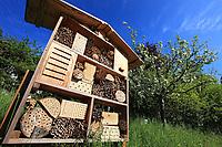 Nesting box for solitary bees.<br /> Nichoir à abeilles solitaires.