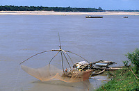 CAMBODIA Mekong river near Kratie, fishing net / KAMBODSCHA Mekong Fluss bei Kratie, Fischer mit Senknetz