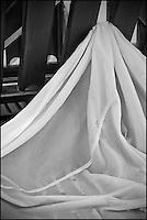 Europe/France/Midi-Pyrénées/12/Aveyron/Aubrac/Laguiole: Fabrication du Fromage de Laguiole AOP à la Coopérative Jeune Montagne -Le Presse-Tome  est habillé avec un linge avant d'être rempli par le  caillé  pour les phases Pressage et découpage