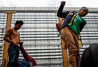 """Dos adolescentes de el Salvador se disponen a bajar del tren que arribo a la estación de tren en Hermosillo Sonora.<br />  <br /> Forman parte de un contingente de 600 personas que conforman la caravana del Migrante su mayoría de origen centroamericano, arribaron a bordo del tren conocido como """"La Bestia"""", provienen de la frontera Sur del País y con rumbo a la ciudad de Mexicali donde continuaran el viaje hasta Tijuana.<br /> La caravana tiene como objetivo solicitar <br /> asilo a Estados Unidos y algunos integrantes piensan solicitar una visa humanitaria en Mexico para laborar en los campos de Sonora y Baja California.<br /> (Photo: NortePhoto/Luis Gutierrez)"""