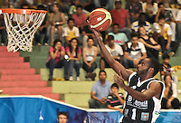 BUCARAMANGA -COLOMBIA, 25-03-2013. Leonardo Mendez de Piratas encesta durante partido de la décimanovena fecha de la Liga DirecTV de baloncesto profesional colombiano disputado en la ciudad de Bucaramanga./ Leonardo Mendez of Piratas score during  game of the nineteenth date of the DirecTV League of professional Basketball of Colombia at Bucaramanga city. Photo:VizzorImage / Jaime Moreno / STR
