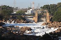 Salto (SP), 02/06/2021 - Poluição-SP - Baixo nível do rio Tiete em Salto, interior de São Paulo, nesta quarta-feira (02). Como o nível está baixo, as pedras puderam ser vistas pelos moradores e a poluição se destacou com mais concentração de espumas.