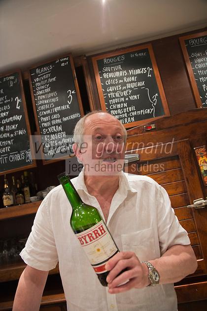 Europe/France/Languedoc-Roussillon/66/Pyrénées-Orientales/Perpignan:   Jean-Pierre Segall sert le Byrrh au  Bar: Le Baron 6, rue du Théâtre [Non destiné à un usage publicitaire - Not intended for an advertising use]