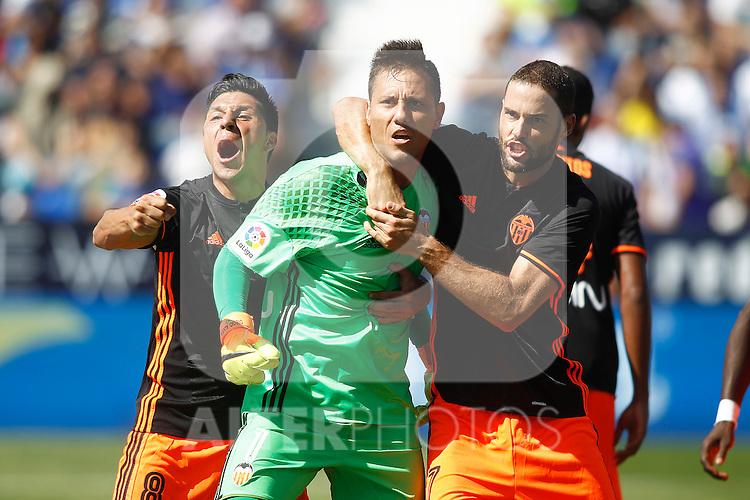 Valencia CF's Diego Alves (c), Enzo Perez (l) and Mario Suarez celebrate during La Liga match. September 25,2016. (ALTERPHOTOS/Acero)