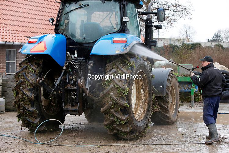 Foto: VidiPhoto<br /> <br /> HERVELD – Bij akkerbouwer Gerard Breunissen in Herveld (Gelderland) is maandag de grote winterschoonmaak begonnen. Vorig week zijn de laatste bieten van het land gehaald en de laatste akkers ingezaaid en winterklaar gemaakt. Nu moeten de drie tractoren en zeventien andere landbouwmachines schoongespoten worden. Daarna begint het groot onderhoud aan het materieel. Akkerbouwers gebruiken de relatief rustige winterperiode voor onderhoud en vakgerichte bijeenkomsten. Nu vrijwel alle lezingen zijn afgelast of worden omgezet in online meetings, gaat alle aandacht uit naar de machines. Omdat akkerbouwers door de droogte minder opbrengst hadden en de prijzen voor hun producten laag waren, is er ook minder geld om te investeren in nieuw materieel.