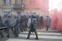 """- Milano """"sciopero sociale"""" di studenti e COBAS contro la politica del lavoro del governo Renzi; scontri con la polizia<br /> <br /> Milan """"social strike"""" of students and COBAS against the job policy of the government Renzi; clashes with police"""