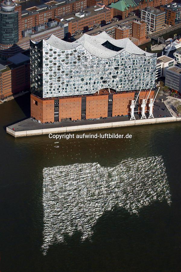Elbphilharmonie mit Spiegelung in der Elbe: EUROPA, DEUTSCHLAND, HAMBURG, (EUROPE, GERMANY), 19.10.2018: Elbphilharmonie mit Spiegelung in der Elbe