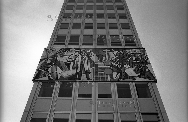 berlino, quartiere mitte, karl-marx allee presso alexanderplatz. un mosaico celebrativo di epoca RDT (DDR) --- berlin, mitte district, karl-marx allee nearby alexanderplatz. a celebrative mosaic of the GDR (DDR) era