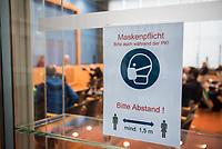 """Die Vorsitzende Deutscher Ethikrat, Prof. Dr. Alena Buyx, ihr Kollege Prof. Dr. Dr. h.c. Volker Lipp, Stellvertretender Vorsitzender des Deutschen Ethikrates sowie Prof. Dr. Dr. Sigrid Graumann, Sprecherin der AG Pandemie des Deutschen Ethikrates stellten am Donnerstag den 4. Februar 2021 in Berlin ihre Ad-Hoc-Empfehlung """"Besondere Regeln fuer Geimpfte?"""" vor.<br /> Im Bild: Hinweisschild zur Maskenpflicht und zu Abstandregelungen in der Bundespressekonferenz.<br /> 4.2.2021, Berlin<br /> Copyright: Christian-Ditsch.de"""