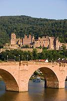 Europe/Allemagne/Bade-Würrtemberg/Heidelberg: La ville, le chateau depuis la rive droite du Neckaret le vieux pont Karl-Théodore Brücke