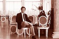 Walter Veltroni è un politico, giornalista, scrittore, regista italiano, ex segretario nazionale del Partito Democratico, candidato premier della coalizione PD-Italia dei Valori per le elezioni politiche del 2008. Lido, 11 settembre 1991. Festival Internazionale del Cinema di Venezia. Photo by Leonardo Cendamo/Gettyimages
