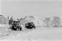 Montagnes de neige dans le Vieux-Port - <br /> Deneigement, 18 decembre 1972<br /> <br /> PHOTO : Agence Quebec Presse -  Alain Renaud