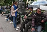 Obdachlose am Maidan werden von Mitarbeitern von Sant'Egidio, gefragt was sie brauchen und wie es Ihnen geht während der Corona Pandemie. / Homeless people on the Maidan are asked by Sant'Egidio staff what they need and how they are doing during the Corona pandemic. <br /><br />Obdachlose in Kiew während der Corona Krise. Es gibt nach inofiziellen Schätzungen bis zu 20000 Obdachlose in der ukrainischen Hauptstadt. Viel stattliche Hilfe gibt es nicht, aber kleine Organisationen versuchen das nötigste zu organisieren. / Homeless in Kiev during the Corona crisis. According to unofficial estimates, there are up to 20000 homeless people in the Ukrainian capital. There is not much help, but small organizations try to organize the most necessary.