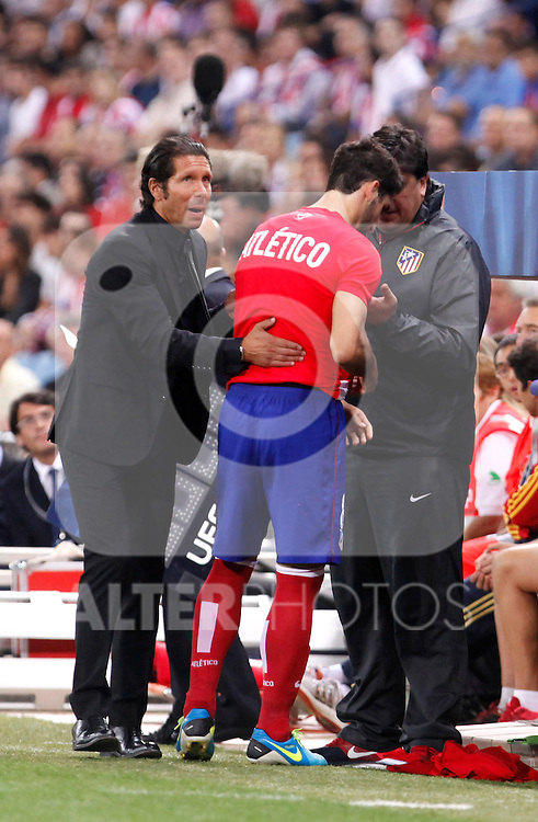Atletico de Madrid's coach talks to a player during Champions League 2013/2014 match.September 18,2013. (ALTERPHOTOS/Victor Blanco)