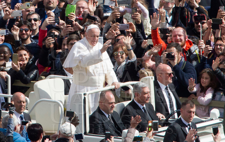 Pope Francis waves to the faithful after celebrating the Easter Mass in St. Peter's Square at the Vatican, April 1, 2018.<br /> UPDATE IMAGES PRESS/Riccardo De Luca<br /> <br /> STRICTLY ONLY FOR EDITORIAL USE