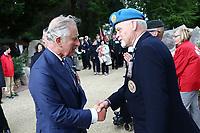 SAR le prince de Galles serre la main du vétéran canadien Garry Best.<br /> <br /> Photo : Julien Faure