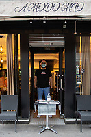 Pizzaiolo davanti alla porta di ristorante pizzeria a Parigi durante il periodo di confinamento coronavirus.  Pizza restaurant in Paris