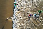 Foto: VidiPhoto<br /> NIJMEGEN – Het stijgende water langs de grote rivieren zorgt niet alleen voor overlast voor de grote grazers en bewoners van de uiterwaarden en polders, maar vooral ook voor veel vermaak. Dagjesmensen bevolken massaal de dijken om te kijken naar het wassende water. Zaterdag wordt voorlopig de hoogste waterstand bereikt, maar het water blijft ook komende week nog hoog. Foto: Raften in de Spiegelwaal bij Nijmegen.