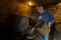 Europe/France/Basse-Normandie/50/Manche/ Saint-Jean-des-Champs: Ferme de l´Hermitière,  Jean-Luc Coulombier distille à l'alambic son Calvados <br /> Àuto N°:  2012-442<br /> // Europe,France,Normandie,Basse-Normandie,Saint-Jean-des-Champs: Ferme de l´Hermitière , <br /> Jean-Luc Coulombier distilled at the still the Calvados