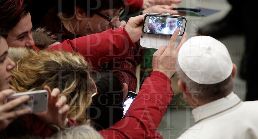 Papa Francesco posa per un selfie al termine di un'udienza speciale con le vittime del terremoto che ha colpito l'Italia centrale in Aula Paolo VI, Città del Vaticano, 5 gennaio 2017.<br /> Pope Francis poses for a selfie at the end of a special audience with residents of the areas of central Italy hit by earthquakes in Paul Vi Hall at Vatican, on January 5, 2017.<br /> UPDATE IMAGES PRESS/Isabella Bonotto<br /> <br /> STRICTLY ONLY FOR EDITORIAL USE