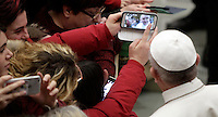 Papa Francesco posa per un selfie al termine di un'udienza speciale con le vittime del terremoto che ha colpito l'Italia centrale in Aula Paolo VI, Città del Vaticano, 5 gennaio 2017.<br />