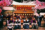 Japanese men in kimono in front of their float in Yayoi festival. Yayoi festival takes place during the month of April in the Futarasan shrine in Nikko to celebrate the arrival of spring. <br /> <br /> Les hommes japonais en kimono devant leur char dans le festival de Yayoi. Le festival Yayoi a lieu au mois d'avril dans le sanctuaire Futarasan de Nikko pour célébrer l'arrivée du printemps.