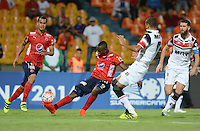 MEDELLÍN -COLOMBIA-21-09-2016. Juan F Caicedo jugador de Independiente Medellín de Colombiadisputa el balón con Derley jugador de Santa Cruz de Brasil durante partido de ida, octavos de final, por la Copa Sudamericana 2016 jugado en el estadio Atanasio Girardot de la ciudad de Medellín. / Marlon Piredrahita player of Independiente Medellin of Colombia vies for the bal with Derley player of Santa Cruz of Brazil during first leg match, knockout stages, for the Southamerican Cup 2016 played at Atanasio Girardot stadium in Medellin city. Photo: VizzorImage/ León Monsalve /