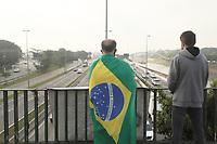 SÃO PAULO, SP, 12.06.2021 - POLITICA-SP - Apoiadores aguardam na via marginal do rio Tietê, na altura da ponte da Casa Verde, pela passagem do Presidente da República, Jair Bolsonaro, que participa de passeio motociclístico com apoiadores, por algumas das principais ruas e avenidas de São Paulo, neste sábado, 12. (Foto Charles Sholl/Brazil Photo Press)