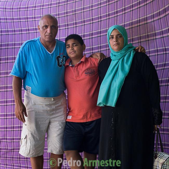 15 septiembre 2015. Ceti-Melilla <br /> Hamami Anie, de 46 años, y su marido, Mansour Abdelkarim, de 48 son palestinos que tuvieron que huir de Siria. En el Centro de Estancia Temporal de Inmigrantes están con su hijo Abdelkarim, de 12 años. Este niño echa de menos tener su bicicleta e ir a la escuela. En el Ceti ha hecho algunos amigos pero tiene ganas de llegar a Alemania. La ONG Save the Children exige al Gobierno español que tome un papel activo en la crisis de refugiados y facilite el acceso de estas familias a través de la expedición de visados humanitarios en el consulado español de Nador. Save the Children ha comprobado además cómo muchas de estas familias se han visto forzadas a separarse porque, en el momento del cierre de la frontera, unos miembros se han quedado en un lado o en el otro. Para poder cruzar el control, las mafias se aprovechan de la desesperación de los sirios y les ofrecen pasaportes marroquíes al precio de 1.000 euros. Diversas familias han explicado a Save the Children cómo están endeudadas y han tenido que elegir quién pasa primero de sus miembros a Melilla, dejando a otros en Nador.  © Save the Children Handout/PEDRO ARMESTRE - No ventas -No Archivos - Uso editorial solamente - Uso libre solamente para 14 días después de liberación. Foto proporcionada por SAVE THE CHILDREN, uso solamente para ilustrar noticias o comentarios sobre los hechos o eventos representados en esta imagen.<br /> Save the Children Handout/ PEDRO ARMESTRE - No sales - No Archives - Editorial Use Only - Free use only for 14 days after release. Photo provided by SAVE THE CHILDREN, distributed handout photo to be used only to illustrate news reporting or commentary on the facts or events depicted in this image.