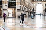 Emergenza Coronavirius Lombardia Zona Rossa ragazzi si scattano un autoscatto nella Galleria Vittorio Emanuele II vuota cronaca Milano 06/11/2020 Coronavirus Emergency guys takes a self-portrait in empty Vittorio Emanuele II gallery chronicle Milan 06/11/2020