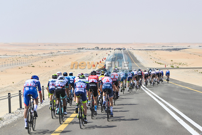 Echelons start to form as crosswinds blow during Stage 1 of the 2021 UAE Tour the ADNOC Stage running 176km from Al Dhafra Castle to Al Mirfa, Abu Dhabi, UAE. 21st February 2021.  <br /> Picture: LaPresse/Fabio Ferrari | Cyclefile<br /> <br /> All photos usage must carry mandatory copyright credit (© Cyclefile | LaPresse/Fabio Ferrari)