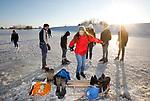 Foto: VidiPhoto<br /> <br /> OPHEUSDEN – Betuwnaren trokken zaterdag massaal naar de uiterwaarden tussen Opheusden en Randwijk om op de schaatsen te genieten van de immense ijsvlakten. Dankzij het hoge water van de afgelopen weken zijn de weilanden door de strenge vorst veranderd in een strakke en tientallen kilometers grote ijspiste, waardoor er ruimte in overvloed is. Langs de Rijn tussen Opheusden en Randwijk is het ijs dik en stabiel. Dat werd al snel bekend en zaterdag trok jong en oud, mens en dier, naar het buitendijkse gebied om ouderwets te genieten van een serieuze winter.