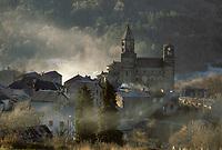 Europe/France/Auverne/63/Puy-de-Dôme/Saint-Nectaire: Le village et l'église Saint-Nectaire (architecture romane) - brume matinale