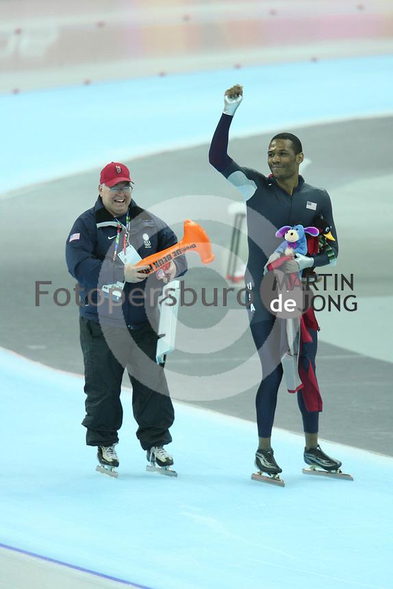 SPEEDSKATING: Shani Davis OS Torino 2006 met Bob Fenn, ©foto Martin de Jong