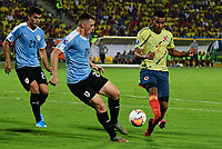 BUCARAMANGA - COLOMBIA, 09-02-2020: Eddie Segura de Colombia disputa el balón con Federico Viñas de Uruguay durante partido entre Colombia U-23 y Uruguay U-23 por el cuadrangular final como parte del torneo CONMEBOL Preolímpico Colombia 2020 jugado en el estadio Alfonso Lopez en Bucaramanga, Colombia. / Eddie Segura of Colombia fights the ball with Federico Viñas of Uruguay during the match between Colombia U-23 and Uruguay U-23 for for the final quadrangular as part of CONMEBOL Pre-Olympic Tournament Colombia 2020 played at Alfonso Lopez stadium in Bucaramanga, Colombia. Photo: VizzorImage / Jaime Moreno / Cont