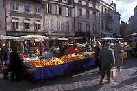 "AJ1647, outdoor market, Burgundy, France, Beaune, Europe, People shopping at the Saturday Market in the picturesque town of Beaune """"The Heart of Burgundy"""", France."