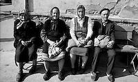 Petrosani / Valle Jiu / Romania 1990.Gruppo di anziani seduti nei pressi della zona industriale..Foto Livio Senigalliesi..Petrosani / Jiu Valley / Romania 1990.Group of elderly people sitting near the industrial area..Photo Livio Senigalliesi.