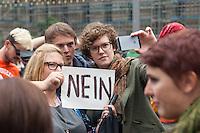 """Mehrere hundert Menschen protestierten am Freitag den 19. September 2014 in Berlin vor dem Bundesratsgebaeude gegen die von der Bundesregierung geplante Verschaerfung des Asylrechts, nach der es vor allem fuer Roma keine Moeglichkeit mehr geben soll, in Deutschland Asyl zu beantragen. Mehrere Laender in Ost- und Suedeuropa sollen zu """"sicheren Herkunftsstaaten"""" erklaert werden, obwohl es dort immer wieder Pogrome gegen Roma gibt. Als entscheidend fuer die Abstimmung gelten die Stimmen der Bundeslaender, in denen es eine Regierungsbeteiligung der Gruenen gibt. Das von den Gruenen regierte Baden-Wuertemberg hat seine Zustimmung zur Gesetzesverschaerfung schon vor der Abstimmung erklaert.<br /> 19.9.2014, Berlin<br /> Copyright: Christian-Ditsch.de<br /> [Inhaltsveraendernde Manipulation des Fotos nur nach ausdruecklicher Genehmigung des Fotografen. Vereinbarungen ueber Abtretung von Persoenlichkeitsrechten/Model Release der abgebildeten Person/Personen liegen nicht vor. NO MODEL RELEASE! Don't publish without copyright Christian-Ditsch.de, Veroeffentlichung nur mit Fotografennennung, sowie gegen Honorar, MwSt. und Beleg. Konto: I N G - D i B a, IBAN DE58500105175400192269, BIC INGDDEFFXXX, Kontakt: post@christian-ditsch.de<br /> Urhebervermerk wird gemaess Paragraph 13 UHG verlangt.]"""