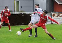 KVC Wingene - SV Moorsele..duel tussen Steven Van Moeffaert (midden) en Sam Smekens (rechts). Gianni Leenaert  (links) kijkt toe ..foto VDB / BART VANDENBROUCKE