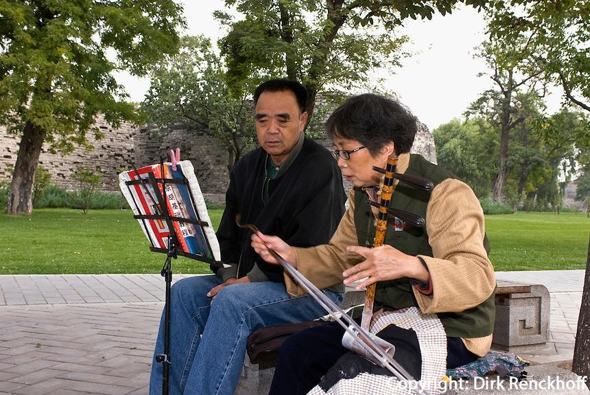 China, Peking (Beijing), klassische Musik an Ming-Stadtmauer an der Chongwenmendong Dajie