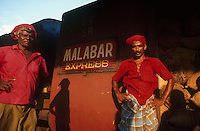 INDIA Karnataka, Mangaluru, Mangalore, porter at railway station, Malabar express a train which runs between Mangalore and Trivandrum along the Malabar coast / INDIEN Mangalore, Gepäckträger in roter Kleidung am Bahnhof, Zug Malabar Express